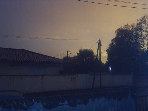 Ciel d'orage et poteaux.JPG