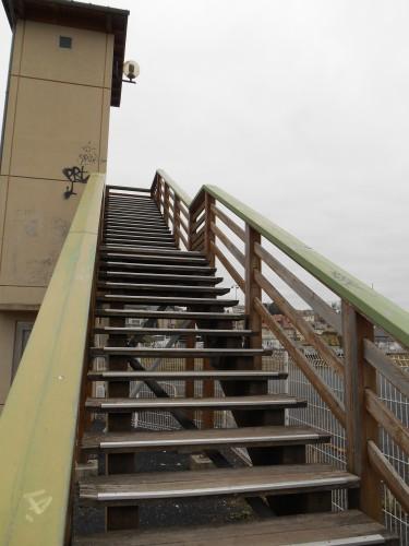 Escalier sur les voies de Caen.JPG