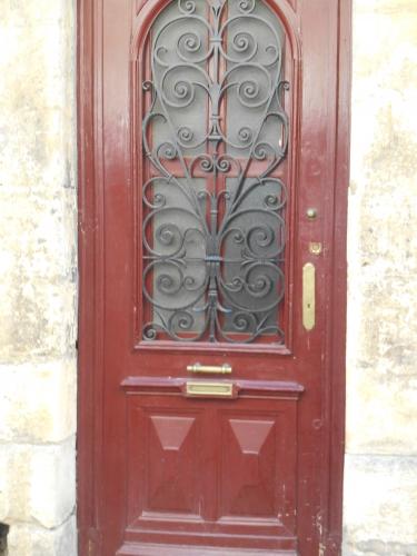 Porte rouge et ferronnerie.JPG
