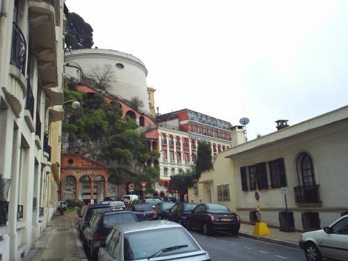 Au pied de la tour de Nice.JPG